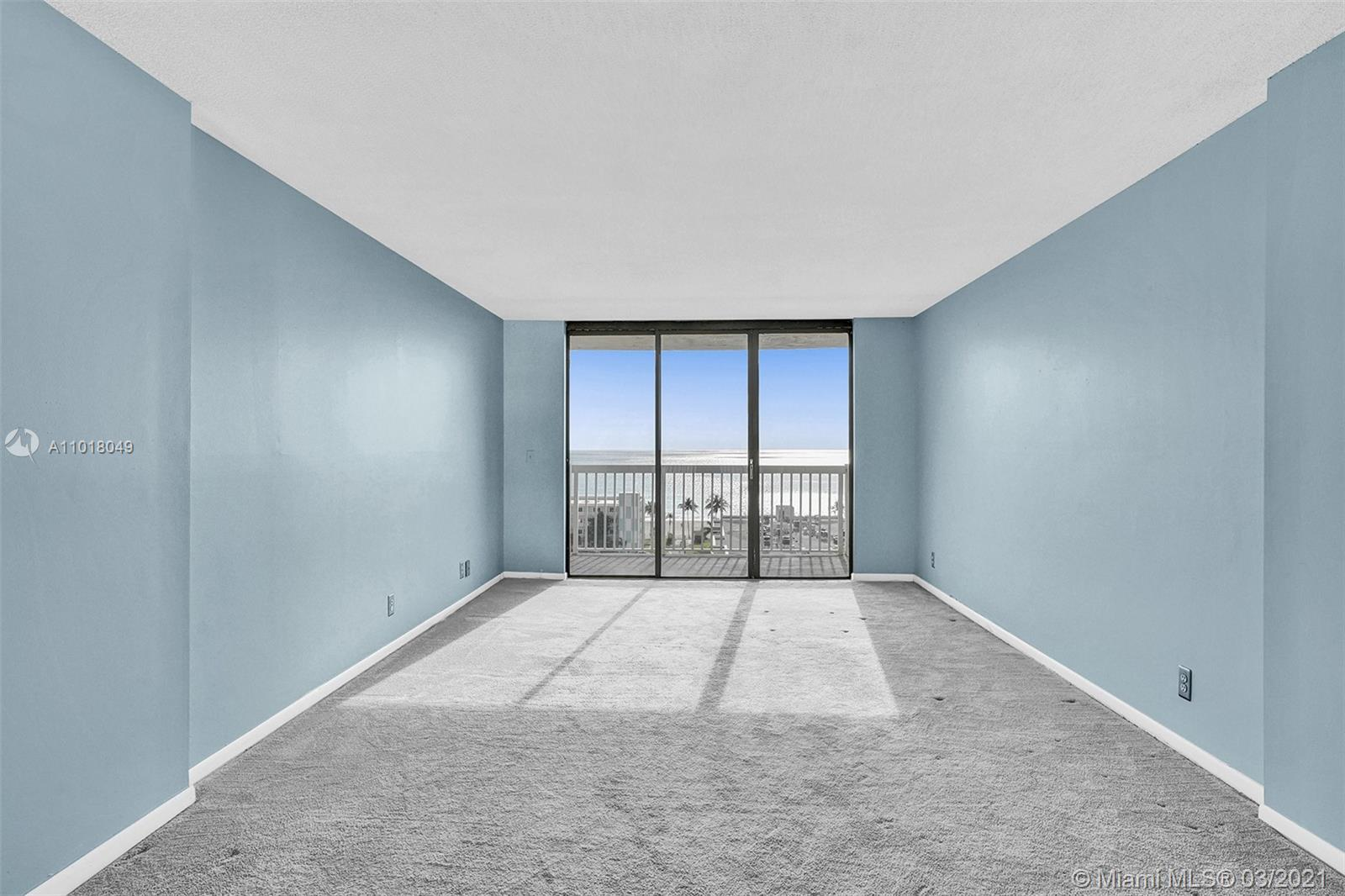 Photo of 1500 Ocean Dr #11I, Hollywood, Florida, 33019 - Living room