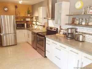 1 074 000$ - Miami-Dade County,El Portal; 2696 sq. ft.